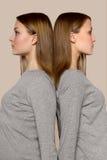 Δίδυμα κορίτσια πλάτη με πλάτη Στοκ φωτογραφίες με δικαίωμα ελεύθερης χρήσης