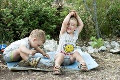 Δίδυμοι αδερφοί που παίζουν στη σκόνη Στοκ φωτογραφία με δικαίωμα ελεύθερης χρήσης