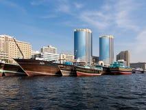Δίδυμοι πύργοι Deira και dhows, κολπίσκος του Ντουμπάι Στοκ Εικόνες