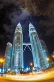 Δίδυμοι πύργοι Petronas που φωτίζονται και ελαφρύ ίχνος αυτοκινήτων (fisheye) Στοκ Φωτογραφίες
