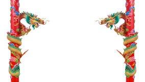 Δίδυμοι χρυσοί κινεζικοί δράκοι στους κόκκινους πόλους Στοκ Εικόνα
