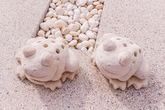 Δίδυμο άγαλμα βατράχων που γίνεται από τον ασβεστόλιθο στοκ εικόνες