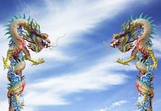 Δίδυμο άγαλμα δράκων, κινεζικό ύφος υπαίθριο στον ουρανό Στοκ φωτογραφία με δικαίωμα ελεύθερης χρήσης