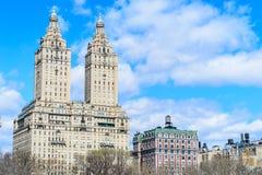 Δίδυμο κτήριο κοντά στο κεντρικό πάρκο, πόλη της Νέας Υόρκης Στοκ εικόνες με δικαίωμα ελεύθερης χρήσης