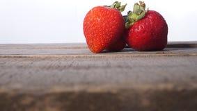 Δίδυμο φραουλών στον αγροτικό πίνακα Στοκ εικόνα με δικαίωμα ελεύθερης χρήσης