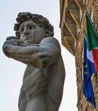 Δαβίδ Statue στην πλατεία της Φλωρεντίας με τις σημαίες Στοκ εικόνες με δικαίωμα ελεύθερης χρήσης