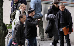 Δαβίδ Fincher που δίνει τις οδηγίες στο Ντάνιελ Κρεγκ κατά τη διάρκεια της μαγνητοσκόπησης του κοριτσιού με τη δερματοστιξία δράκ Στοκ εικόνες με δικαίωμα ελεύθερης χρήσης