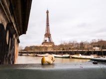 Δαγκωμένος πυρήνας μήλων που αφήνεται στη γέφυρα του Παρισιού Στοκ φωτογραφίες με δικαίωμα ελεύθερης χρήσης