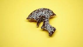 Δαγκωμένο doughnut, εθισμός ζάχαρης και πρόβλημα βουλιμίας, συναισθηματικό να παραφάει, μακροεντολή στοκ εικόνες