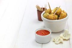 Δαγκώματα κουνουπιδιών, χορτοφάγα τρόφιμα στοκ εικόνα με δικαίωμα ελεύθερης χρήσης