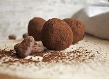 Δαγκώματα σοκολάτας ξύλινα κουτάλια Στοκ φωτογραφίες με δικαίωμα ελεύθερης χρήσης