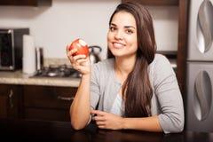Δαγκώνοντας ένα μήλο στο σπίτι στοκ φωτογραφία με δικαίωμα ελεύθερης χρήσης