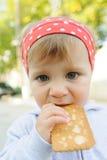Δαγκώνοντας μπισκότο στοκ φωτογραφία με δικαίωμα ελεύθερης χρήσης