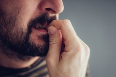 Δαγκώνοντας νύχια στοκ φωτογραφία με δικαίωμα ελεύθερης χρήσης
