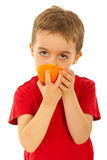 δαγκώνοντας πορτοκάλι παιδιών αγοριών στοκ φωτογραφία