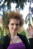 δαγκώνοντας το κορίτσι το χειλικό πορτρέτο της Στοκ Φωτογραφία