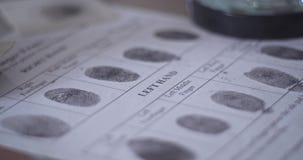 Δακτυλικό αποτύπωμα στην κάρτα δακτυλικών αποτυπωμάτων αστυνομίας φιλμ μικρού μήκους
