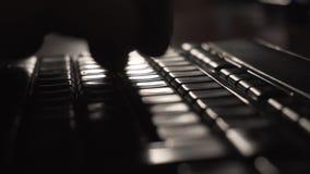 Δακτυλογράφηση ατόμων στο πληκτρολόγιο υπολογιστών - υψηλός-αντίθεση αναδρομικά φωτισμένο 4K απόθεμα βίντεο