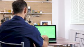 Δακτυλογράφηση ατόμων στο lap-top με την πράσινη χλεύη χρώματος οθόνης επάνω απόθεμα βίντεο