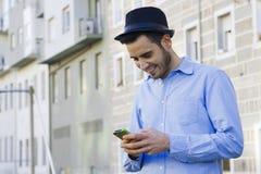 Δακτυλογράφηση ατόμων στο smartphone σας Στοκ εικόνα με δικαίωμα ελεύθερης χρήσης