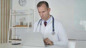 Δακτυλογράφηση γιατρών στο lap-top στην κλινική απόθεμα βίντεο