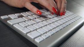 Δακτυλογράφηση γυναικών στο πληκτρολόγιο υπολογιστών απόθεμα βίντεο