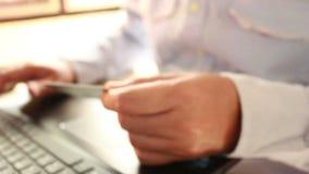 Δακτυλογράφηση επιχειρηματιών σε ένα πληκτρολόγιο lap-top στη θολωμένη εστίαση απόθεμα βίντεο