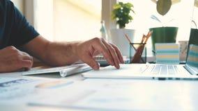 Δακτυλογράφηση επιχειρηματιών στο πληκτρολόγιο, εργασίες με το smartphone και ένα lap-top φιλμ μικρού μήκους
