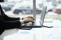Δακτυλογράφηση επιχειρηματιών στο lap-top Άνθρωποι και τεχνολογία Στοκ φωτογραφία με δικαίωμα ελεύθερης χρήσης