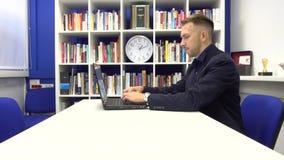 Δακτυλογράφηση επιχειρηματιών στο lap-top απόθεμα βίντεο
