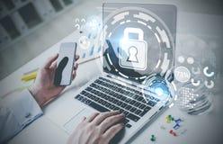 Δακτυλογράφηση επιχειρηματιών, lap-top, ψηφιακή ασφάλεια στοκ εικόνα με δικαίωμα ελεύθερης χρήσης