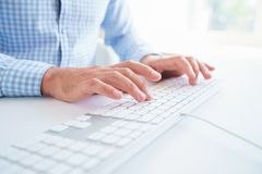 Δακτυλογράφηση εργαζομένων γραφείων ατόμων στο πληκτρολόγιο Στοκ Εικόνες