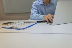 Δακτυλογράφηση εργαζομένων γραφείων στο lap-top στην αρχή Στοκ Εικόνες