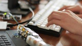Δακτυλογράφηση νεαρών άνδρων αργά στο πληκτρολόγιο απόθεμα βίντεο