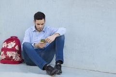 Δακτυλογράφηση νεαρών άνδρων στο τηλέφωνο Στοκ φωτογραφίες με δικαίωμα ελεύθερης χρήσης