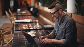 Δακτυλογράφηση προγραμματιστών στο lap-top απόθεμα βίντεο