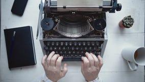Δακτυλογράφηση συγγραφέων με την αναδρομική μηχανή γραψίματος απόθεμα βίντεο