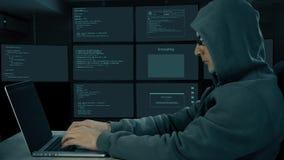 Δακτυλογράφηση χάκερ στο lap-top Κωδικοποίηση ατόμων στη σκοτεινή νύχτα υπολογιστών Άτομο στα σκοτεινά γυαλιά που δακτυλογραφεί σ απόθεμα βίντεο