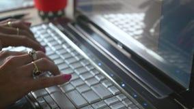 Δακτυλογράφηση χεριών γυναίκας φιλμ μικρού μήκους