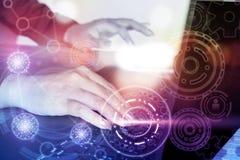 Δακτυλογράφηση χεριών επιχειρησιακών γυναικών στο lap-top υπολογιστών με την αφηρημένη σύνδεση Στοκ Εικόνα