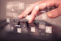 Δακτυλογράφηση χεριών στο πληκτρολόγιο με τα ψηφιακά εικονίδια τεχνολογίας Στοκ φωτογραφίες με δικαίωμα ελεύθερης χρήσης