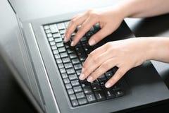 δακτυλογράφηση χεριών Στοκ φωτογραφίες με δικαίωμα ελεύθερης χρήσης