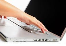 δακτυλογράφηση lap-top χεριών Στοκ Εικόνα