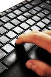 δακτυλογράφηση lap-top στοκ φωτογραφία με δικαίωμα ελεύθερης χρήσης