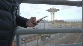 Δακτυλογράφηση sms mms χεριών σε ένα smartphone απόθεμα βίντεο