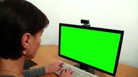 Δακτυλογράφηση γυναικών πέρα από το κλειδί ώμων πράσινο απόθεμα βίντεο