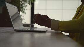 Δακτυλογράφηση γυναικών Unrecognisable στον υπολογιστή στο σύγχρονο γραφείο με τα μεγάλα παράθυρα απόθεμα βίντεο