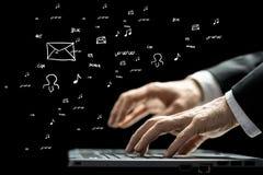 Δακτυλογράφηση επιχειρηματιών σε ένα πληκτρολόγιο υπολογιστών Στοκ εικόνες με δικαίωμα ελεύθερης χρήσης