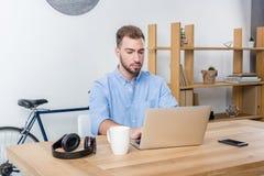 Δακτυλογράφηση επιχειρηματιών στο lap-top εργαζόμενων με το lap-top στην αρχή Στοκ φωτογραφία με δικαίωμα ελεύθερης χρήσης