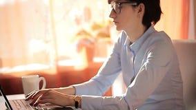 Δακτυλογράφηση επιχειρηματιών φιλοδοξίας στο lap-top της απόθεμα βίντεο